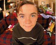 Frankie Muniz biography: his fave food is hamburgers.